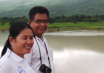 Koy en zijn vrouw Somona aan de oever van een nieuw waterreservoir