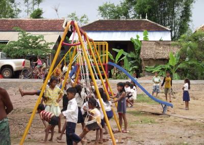 De school krijgt ook speeltoestellen, zodat kinderen kunnen spelen.