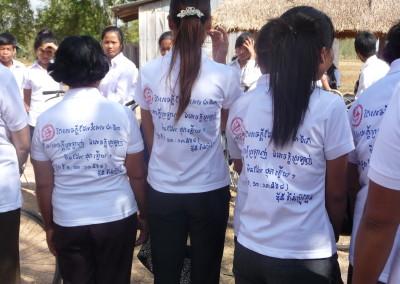 Vrijwilligers dragen een t-shirt met de tekst uit 1 Cor 13: Liefde is het belangrijkst, want liefde vergaat nooit.