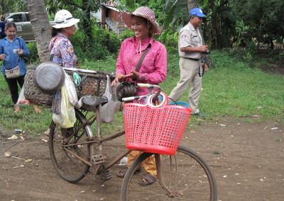 Ze koopt groente en vlees op de markt om het in haar dorp met een klein beetje winst te verkopen