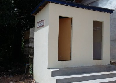 Een toiletgebouwtje bij de school