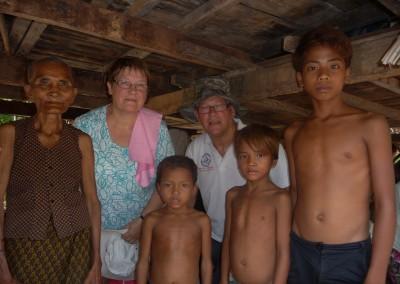 Oma zorgt voor haar kleinkinderen. Spie-en helpt haar.