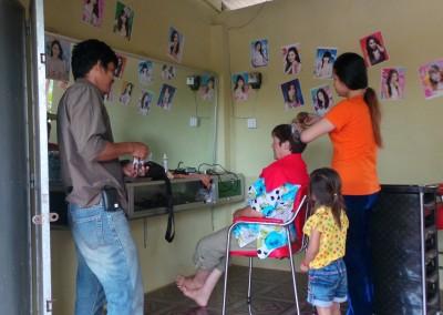 Het vak van kapper en schoonheidsspecialiste horen in Cambodja bij elkaar.