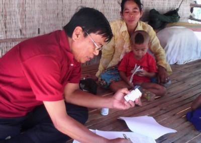 Dr. Sun controleert de medicijnen van een aidspatiënt