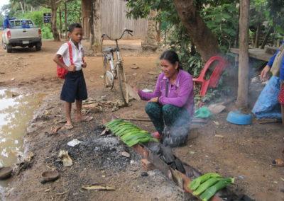 Rijst verpakken in bananenbladeren om te verkopen. Ze had een begin lening nodig om dit te kunnen starten.